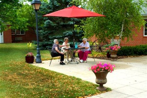 Photo-Courtyard-with-3-ladies-at-table_600x400